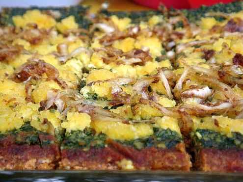 Хрупкава пица със сирене и сладък лук